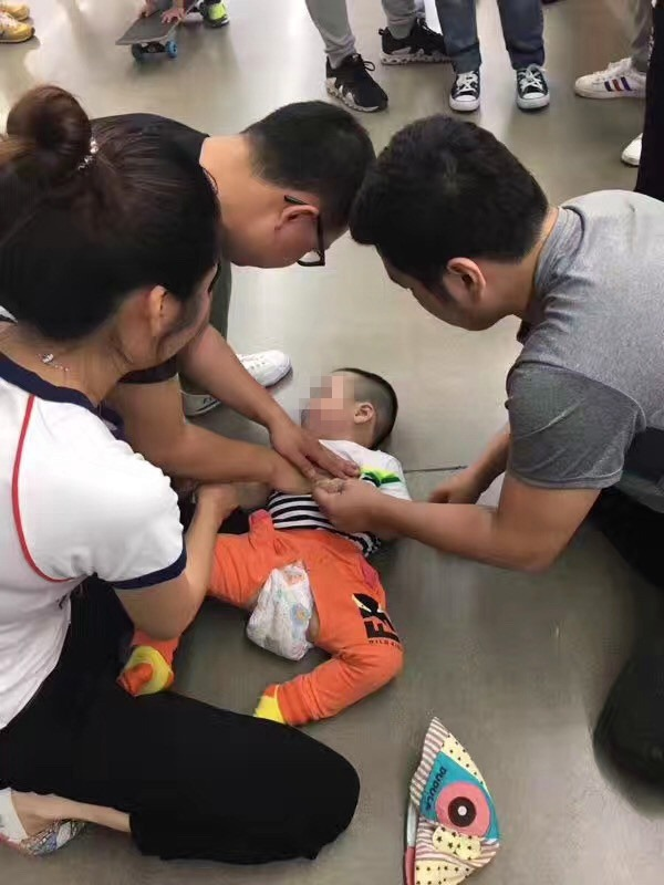 Dalian 2 year old boy suddenly stopped breathing while playing, eyes turned white, doctors rushed to rescue