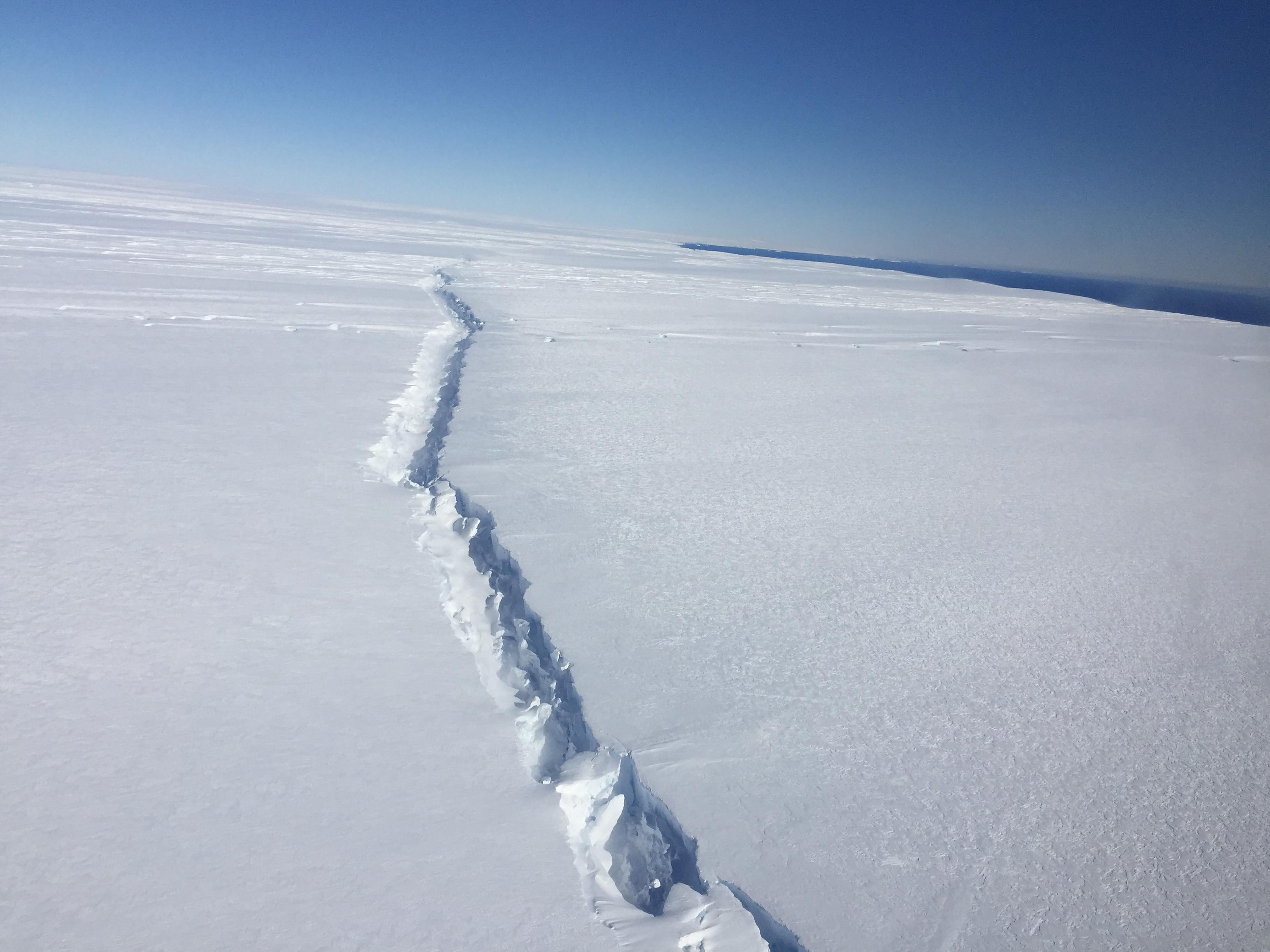 There is a big fissure in the south pole that collapses two Hongkong islands! Great changes are taking place in the earth