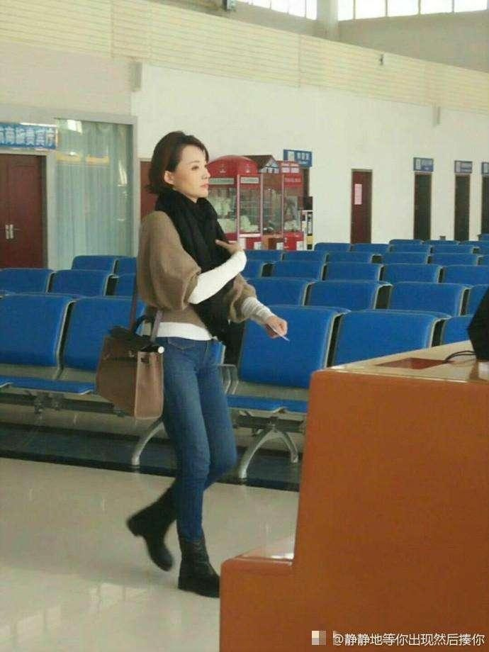 Qing Dong dressed up at the airport, more beautiful and younger than on the stage