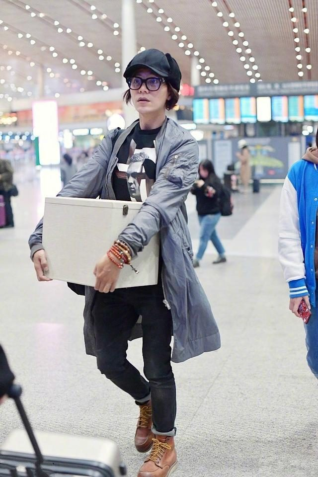 41 year old Chen Kun appeared at the airport, net friend: action, expression, face, hairstyle like women!