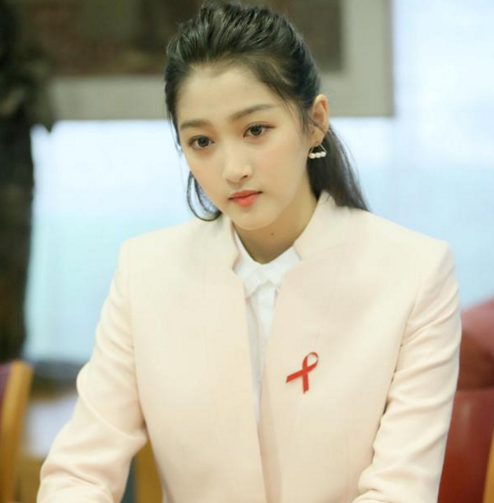 Guan Xiaotong English speech won the praise of liberal and dignified favorability rose