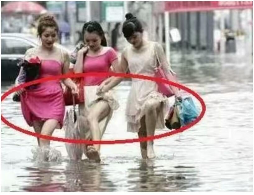 Girl, the water is not flooded to the knee, how can the skirt be raised so high
