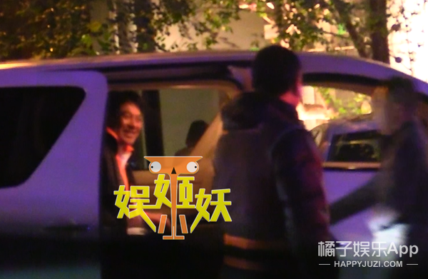 Another old artist has been planted! Zhu Shimao and beauty put on a car kiss
