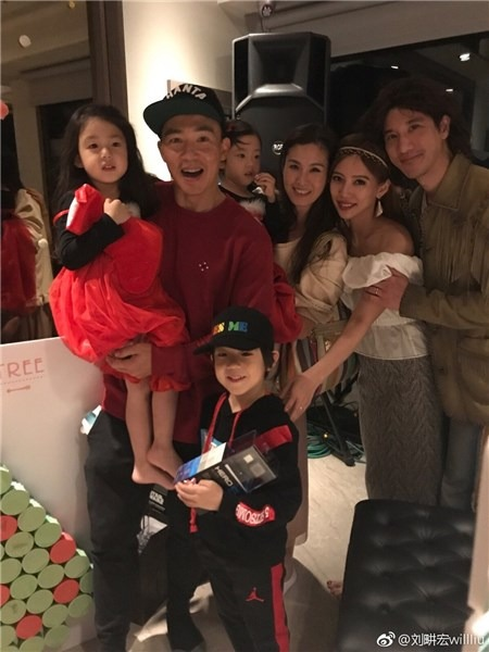 Will Liu took the children to Lee Hom's party and small red dress, super cute puffs