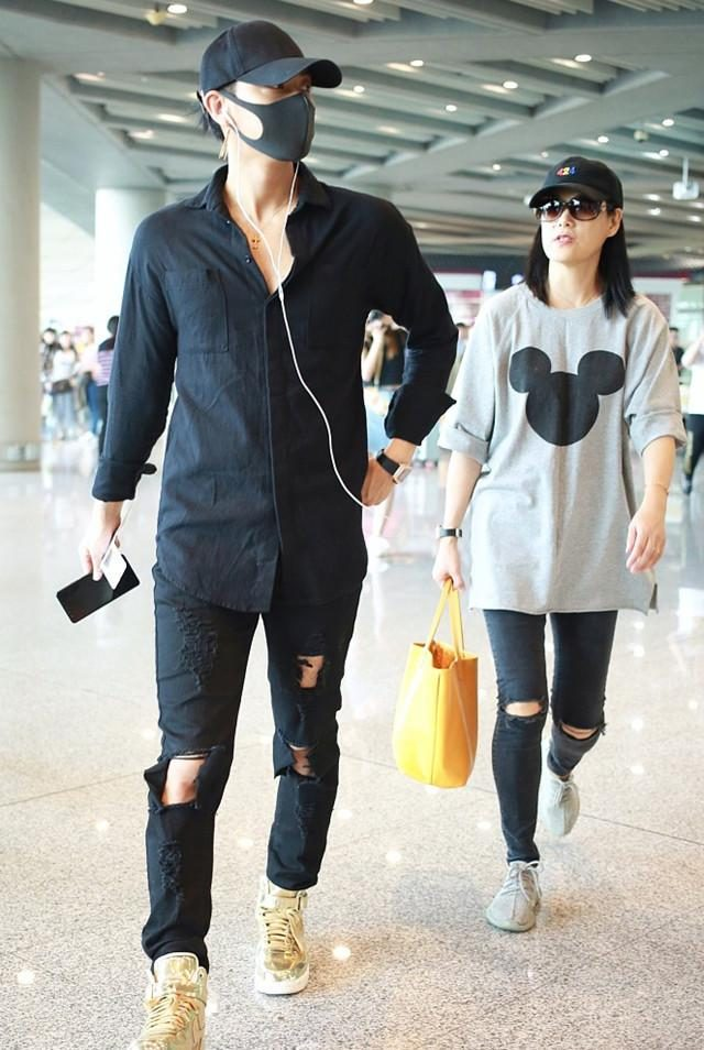 Huang Ziyao's mother is too hot, hole jeans and Mickey shirt