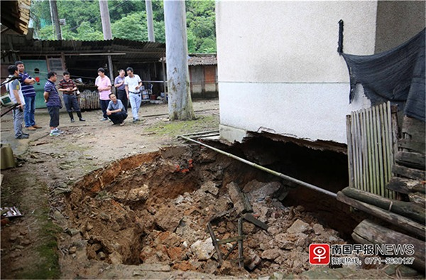 A 30-square-meter pit was found in a residential building in Liuzhou and the residents have already transferred