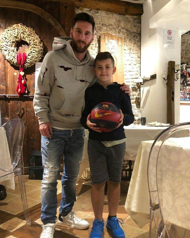 Messi took Syros and left Barcelona to Italy to see a nutritionist and take a photo with a small fan
