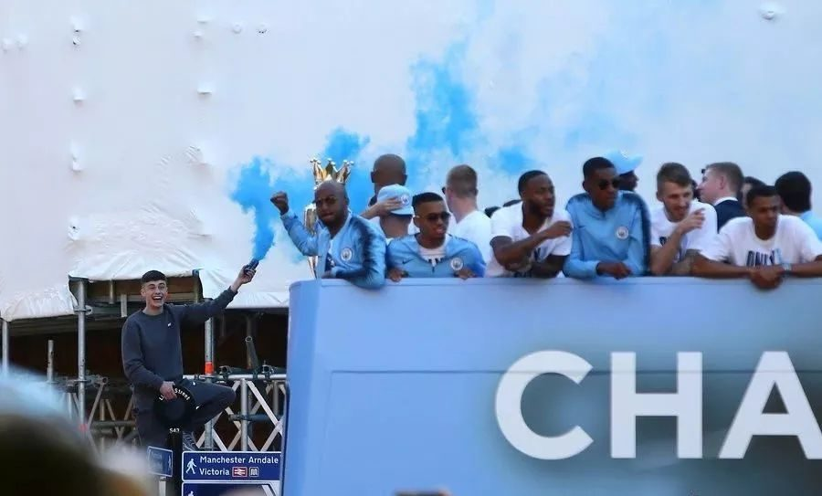 The world is blue! 100 points Manchester City held the championship parade!