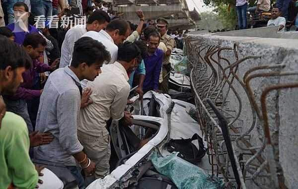 In India, at least 20 people died in the collapse of the 20-meter cross-border beam at the bridge.