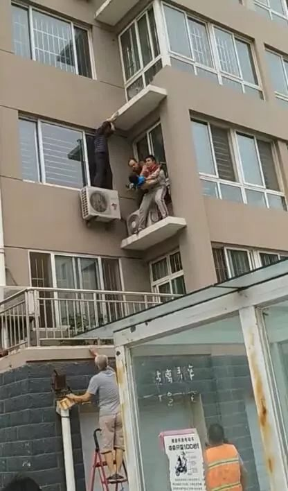 Thrilling scene! Weifang two-and-a-half-year-old boy fell on the fifth floor and was picked up by neighbors from the second floor...