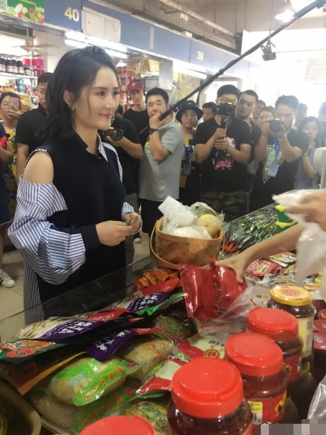 Xie Na's vegetable market was accidentally encountered, with a smooth-skinned body and a childish attitude.