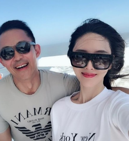 51-year-old Hou Yong and 20-year-old three-married wife to play in the sea, the woman was accused of smirking, a look of reluctance