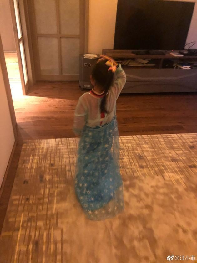 Wang Xiaofei's photo of her daughter, Xiao's child's clothes are too playful.