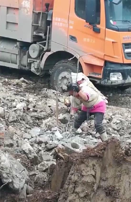 Mother carrying a 1 year old baby 砸 rebar, the baby obediently wants to cry, netizen: poor, do not live