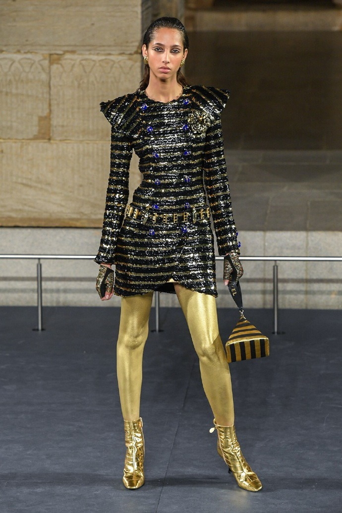 Chanel's early autumn show models are transformed into Cleopatra!  American He Sui, national model He Cong participated in the catwalk