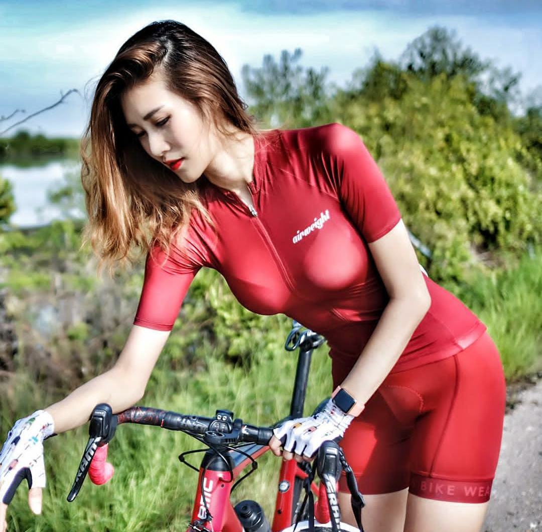 Thai super cyclist, riding a bike with her is too happy!