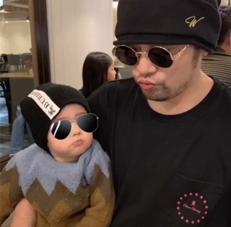 Jay Chou's first photo of the son of Christmas, the father and son are together with the small week expression
