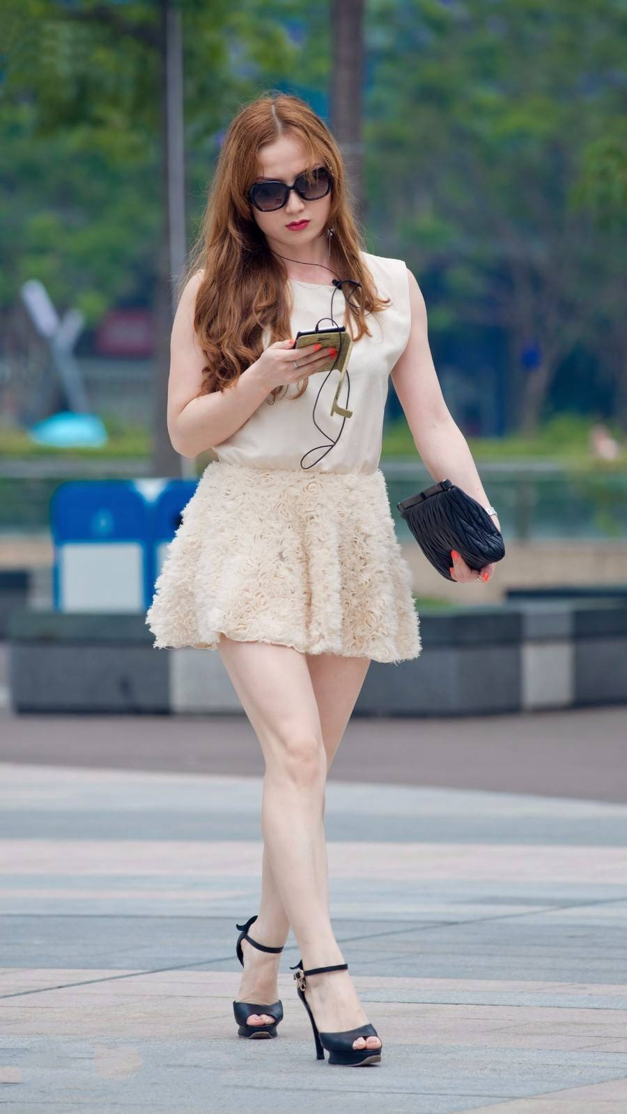 Street photo: Miss sister's skin is very good, white skin is more delicate charm.