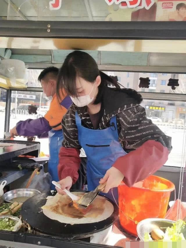 Zheng Shuang was unaffected by the loss of his boyfriend's partnership company. He made pancakes for sanitation workers on the street.