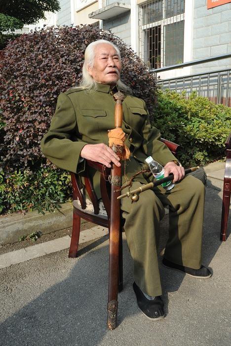 老人背上一把寶劍帶上一根煙桿,千里?尋戰友?