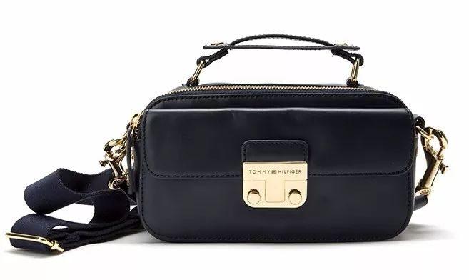 "b94cc511b096 說了砸錢買牌子,怎麼少得了包包。入冬必備就是一個""小黑包""了▽"