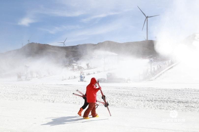 """盘州市乌蒙滑雪场""""冰雪盛宴""""乐翻天"""