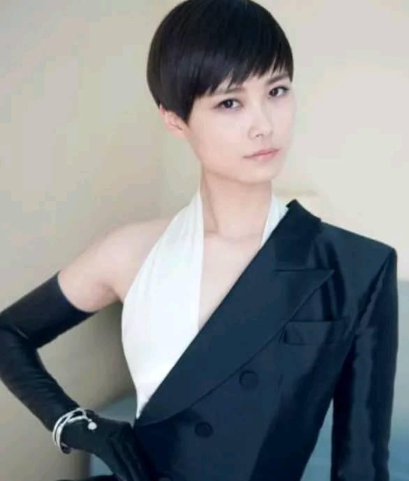 周笔畅火了,张靓颖火了,李宇春也火了,只有她在做微商,是谁?