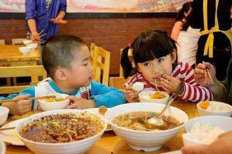 """带孩子出去吃饭,这些""""老规矩""""越早教会孩子越好"""