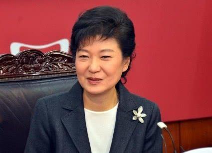 继24年监禁之后,朴槿惠又被揽罪上身?挺朴派呐喊:天理何在? 朴槿惠再次拒绝上庭,韩检方又使出老伎俩,有意践踏她的尊严!