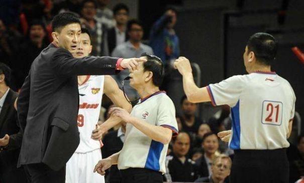 CBA名哨执法亚运男篮,一人曾让国家队教练杜锋停赛两场