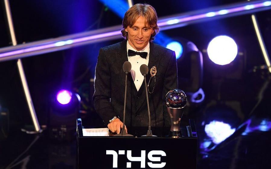C罗、梅西遭完爆,欧冠3连冠+世界杯金球,魔笛获FIFA世界最佳