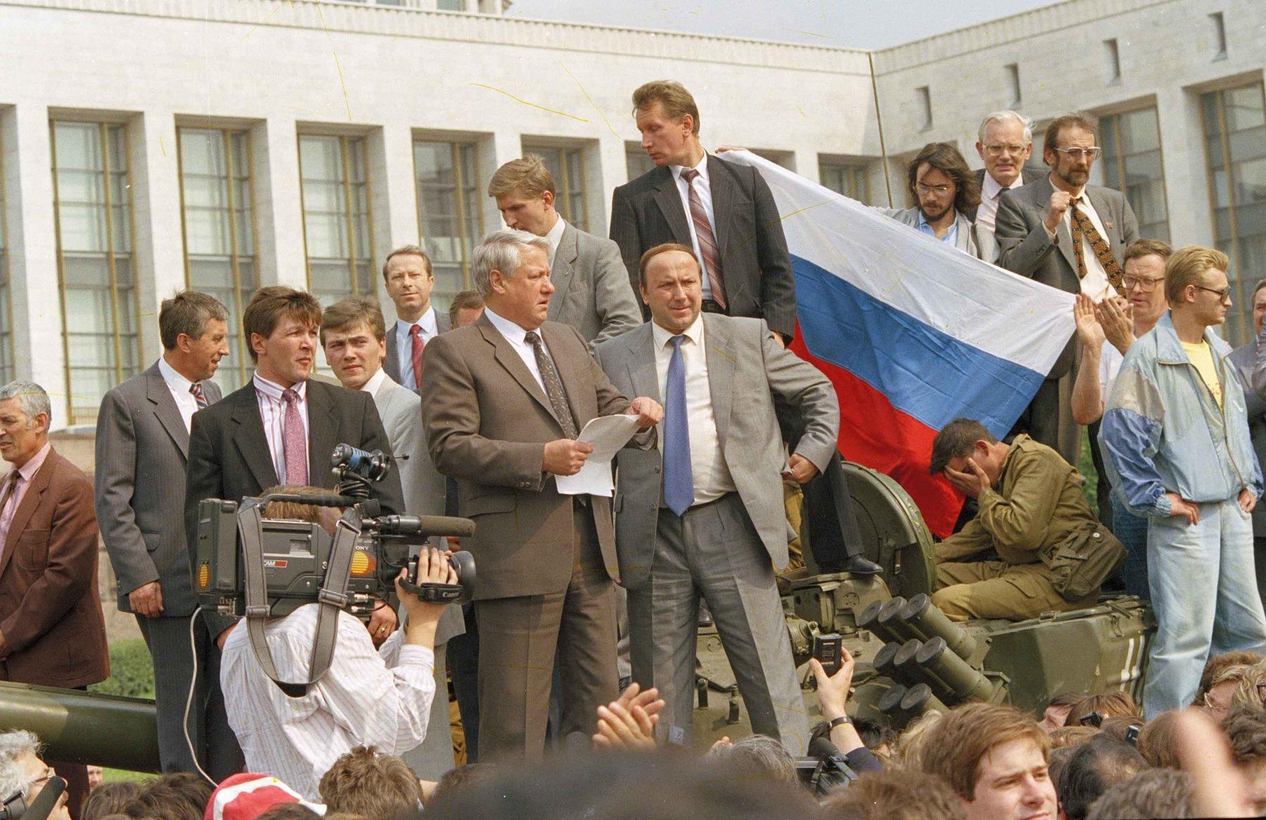 """老照片:叶利钦""""白宫事件20周年"""" - 雪花新闻"""