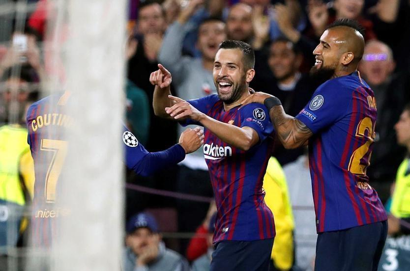 欧冠联赛惊现防守神操作 这球梅西都看笑了