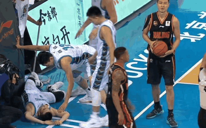 太恶劣!王骁辉被同曦外援击打头部重摔出场,这动作或遭CBA重罚