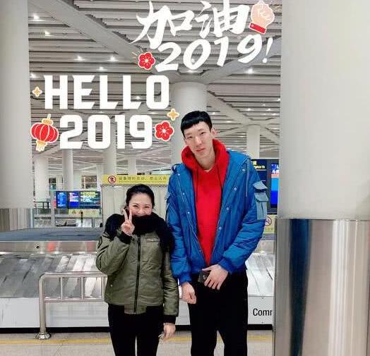 网友微博合影, 周琦现身北京国际机场,