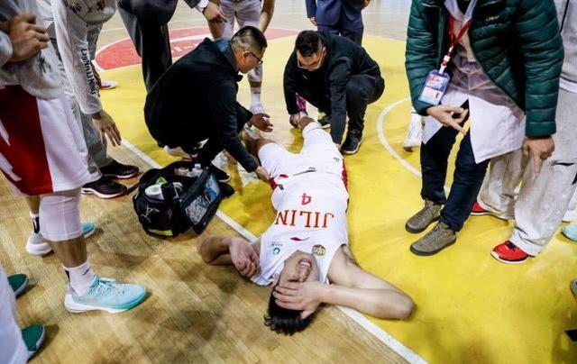 CBA球员重伤被担架