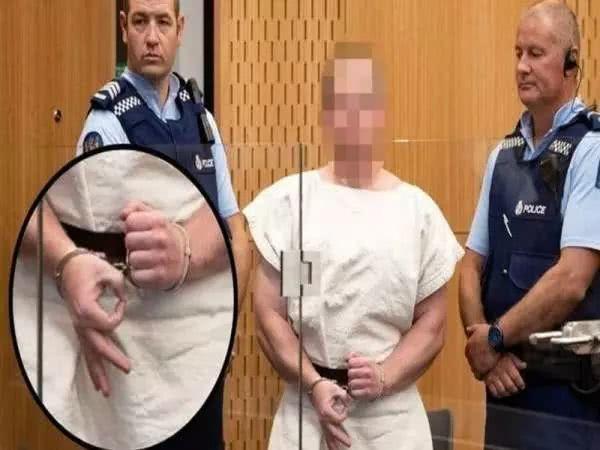 """新西蘭清真寺槍擊案""""殺人魔""""接受審判,庭審現場卻做出神秘手勢"""
