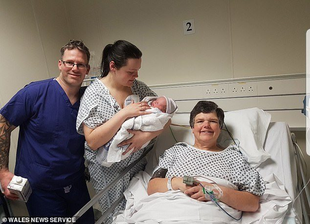 55岁妈妈为31岁女儿代孕生下自己外孙 称还愿帮再生一个