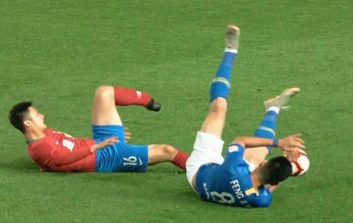 GIF-建业球员杨阔遭遇断腿悲剧 被救护车直接送往医院