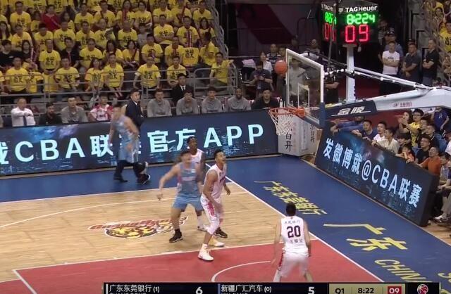 CBA决赛广东主帅杜锋故意绊倒新疆球员?
