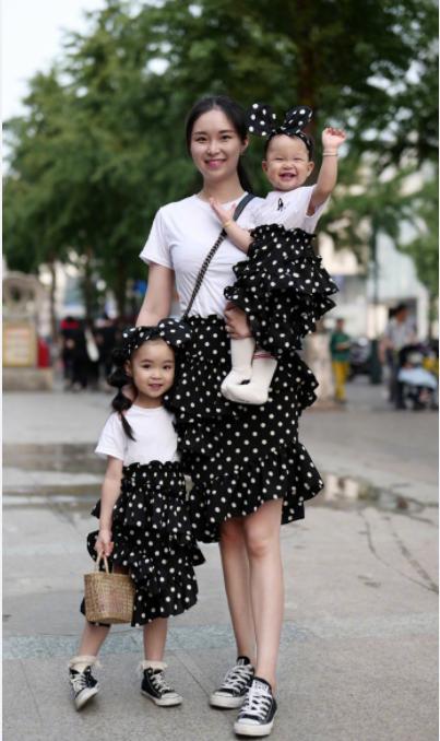 时尚街拍:母亲节最好的礼物,妈妈时尚有魅力,儿子俏皮可爱