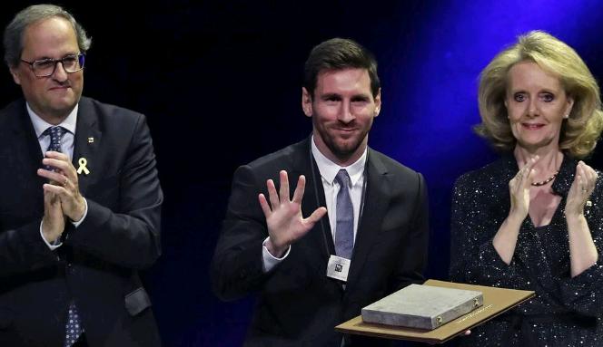 梅西欧冠惨败后首次出席颁奖典礼!创下13年纪录 比肩克鲁伊夫