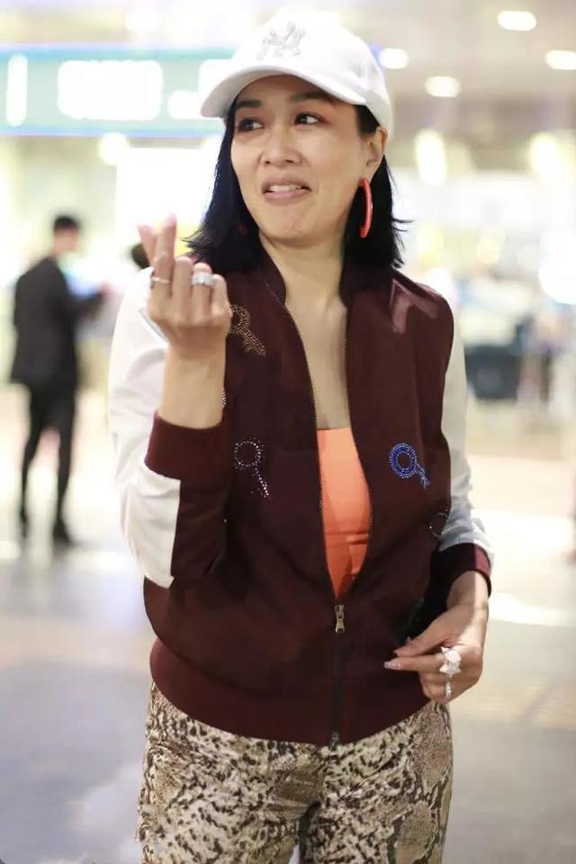 钟丽缇素颜亮相机场,皮肤白嫩身材完美,这哪里像49岁的女人?