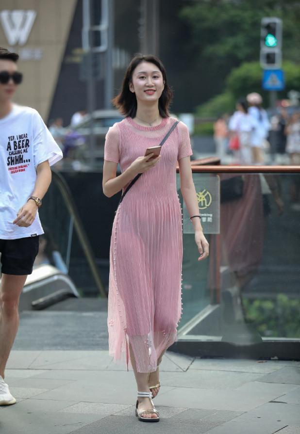 街拍:美女时尚裙子有亮点,真好看,让路人口水连连