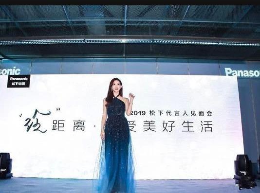 林志玲身穿蓝色吊带渐变星空裙出席活动,打扮时尚优雅女神范十足