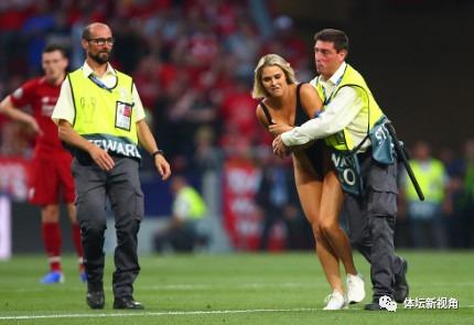 欧冠决赛疯狂1幕:女球迷身穿比基尼闯入赛