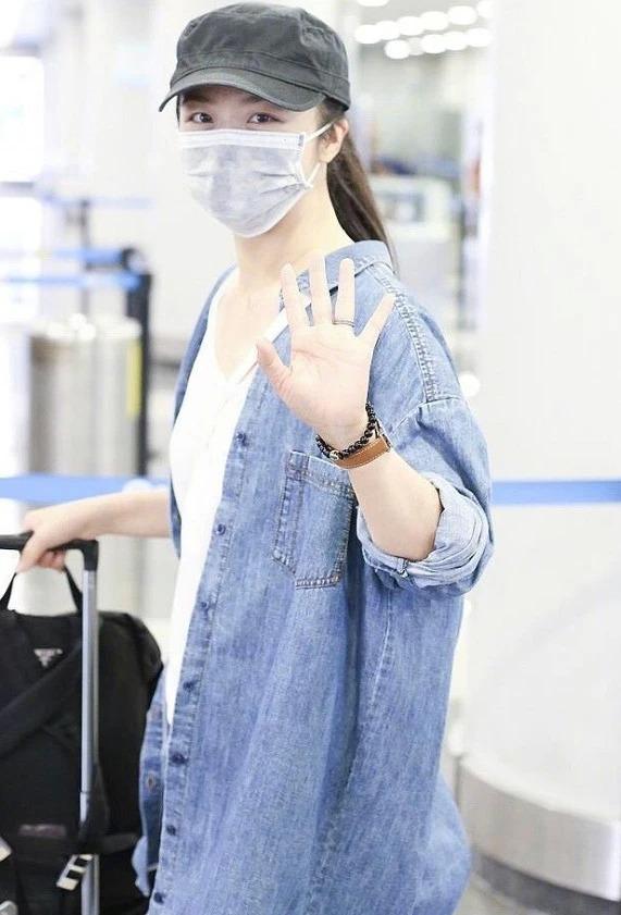 辣妈汤唯 一身牛仔穿搭现身机场,尽显潇洒率性的个性时尚!