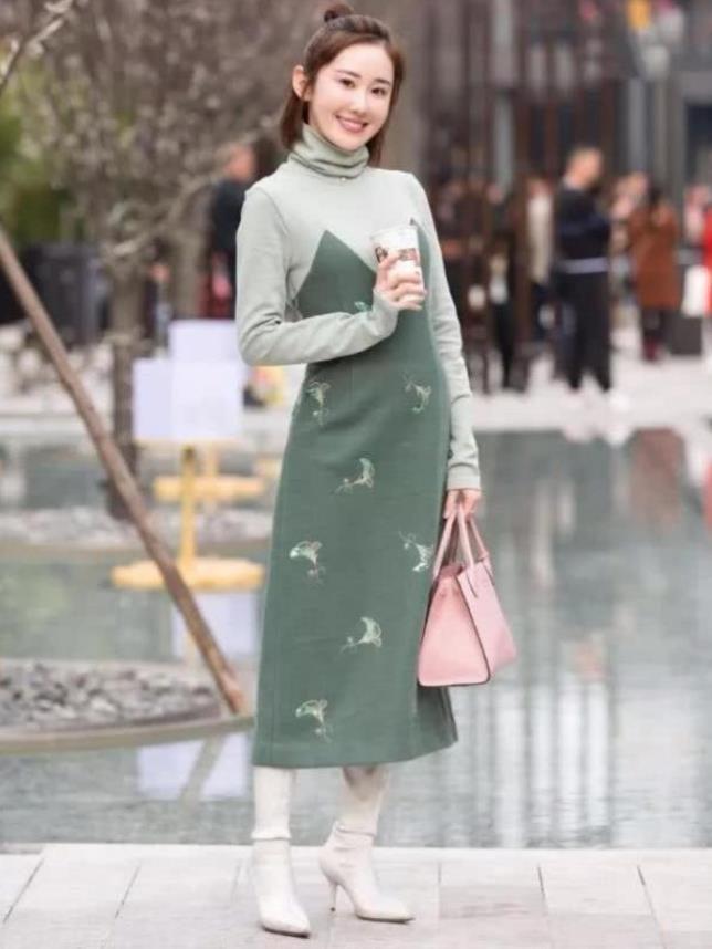 街拍:笑容甜美的美女,一件墨绿色的连衣裙,时尚优雅女人味