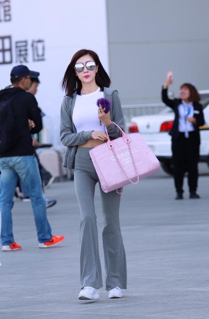 街拍:天津姑娘也时尚,不比北京三里屯的姑娘差多少