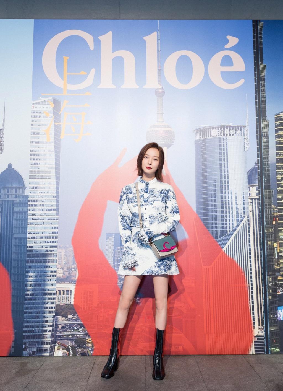 王珞丹留慵懒随性的短发造型,一袭印花裙简约优雅,看着不像35岁